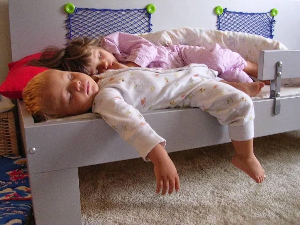Новорожденный закатывает глаза когда засыпает: это вариант нормы или симптом болезни? (видео)