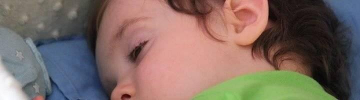 Новорожденный спит с открытыми глазами днем и ночью