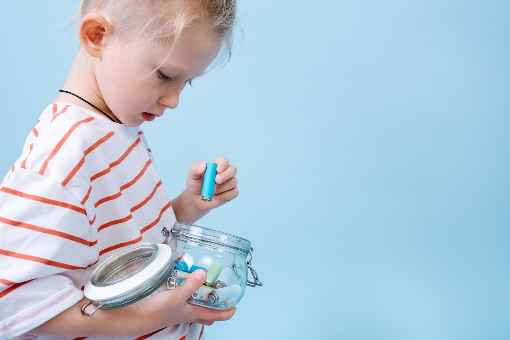 Если ребенок проглотил батарейку таблетку, пальчиковую: что делать, что будет