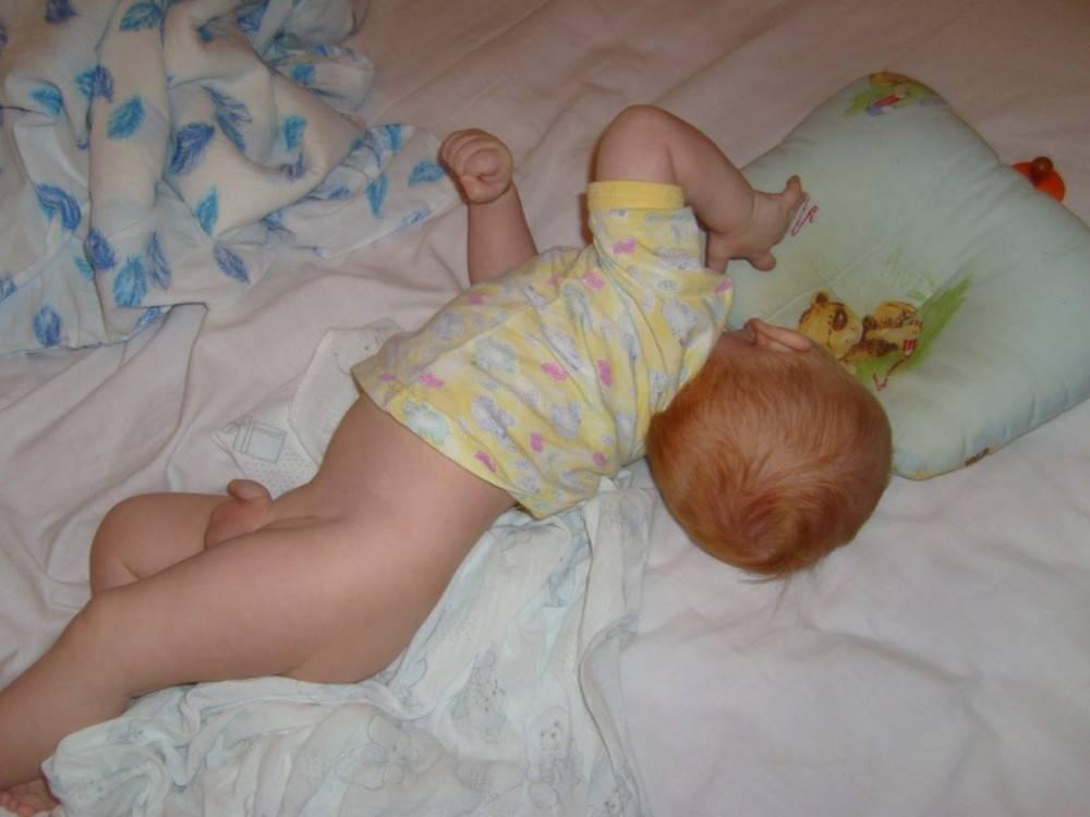 Почему грудной ребенок выгибает спину дугой и запрокидывает голову назад: причины «акробатического мостика. от чего грудничок выгибает спину дугой и запрокидывает голову назад ребенок 4 месяца выгибается на мостик