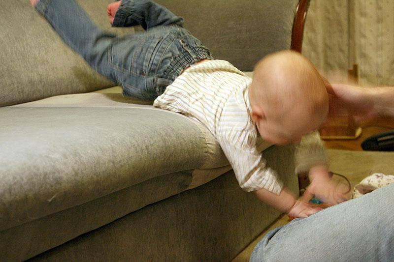 Ребенок упал с кровати, дивана что делать? ребенок упал с коляски вниз головой