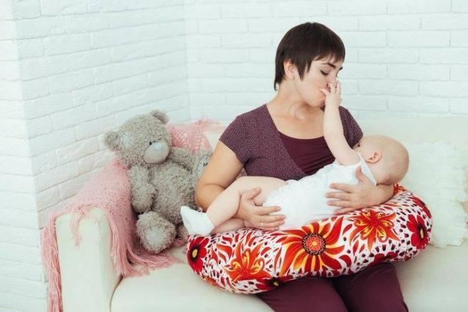 Как кормить новорождённого грудью лёжа
