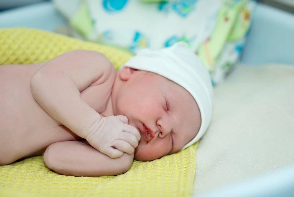 Мозоль на губе у новорожденного: почему появляется новообразование на верхней и нижней, последствия для ребенка, фото