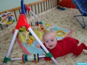 Ребенок мотает головой из стороны в сторону, крутит, трясет (Комаровский)