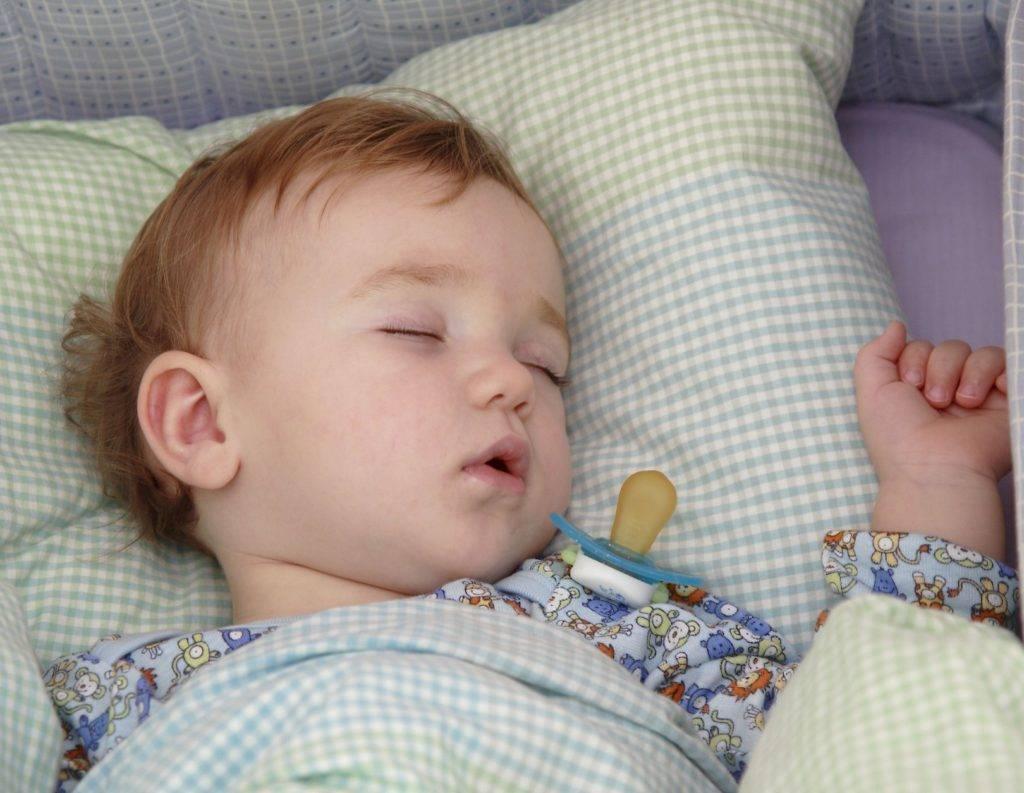 Почему новорожденный закатывает глаза, когда засыпает стоит ли беспокоиться?