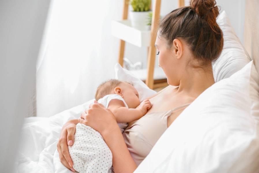 Как правильно прикладывать ребенка к большой и маленькой груди в первый раз и при последующих кормлениях: правильное положение новорожденного ребенка при кормлении грудью с фото и видео инструкциями | qulady