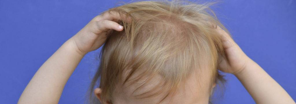 Ребенок чешет уши: почему постоянно чешет уши грудничок в 4- 6 месяцев, чешет во сне в 7-10 месяцев