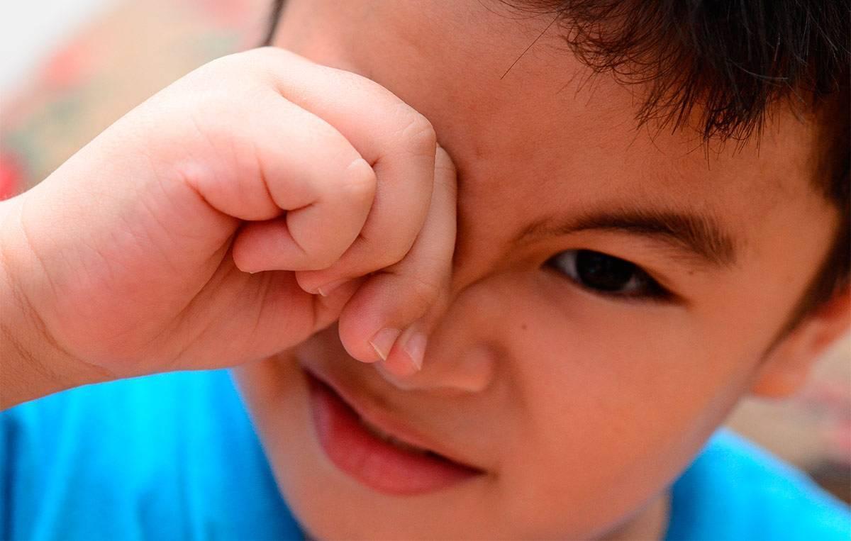 Причины, почему ребёнок часто моргает глазами