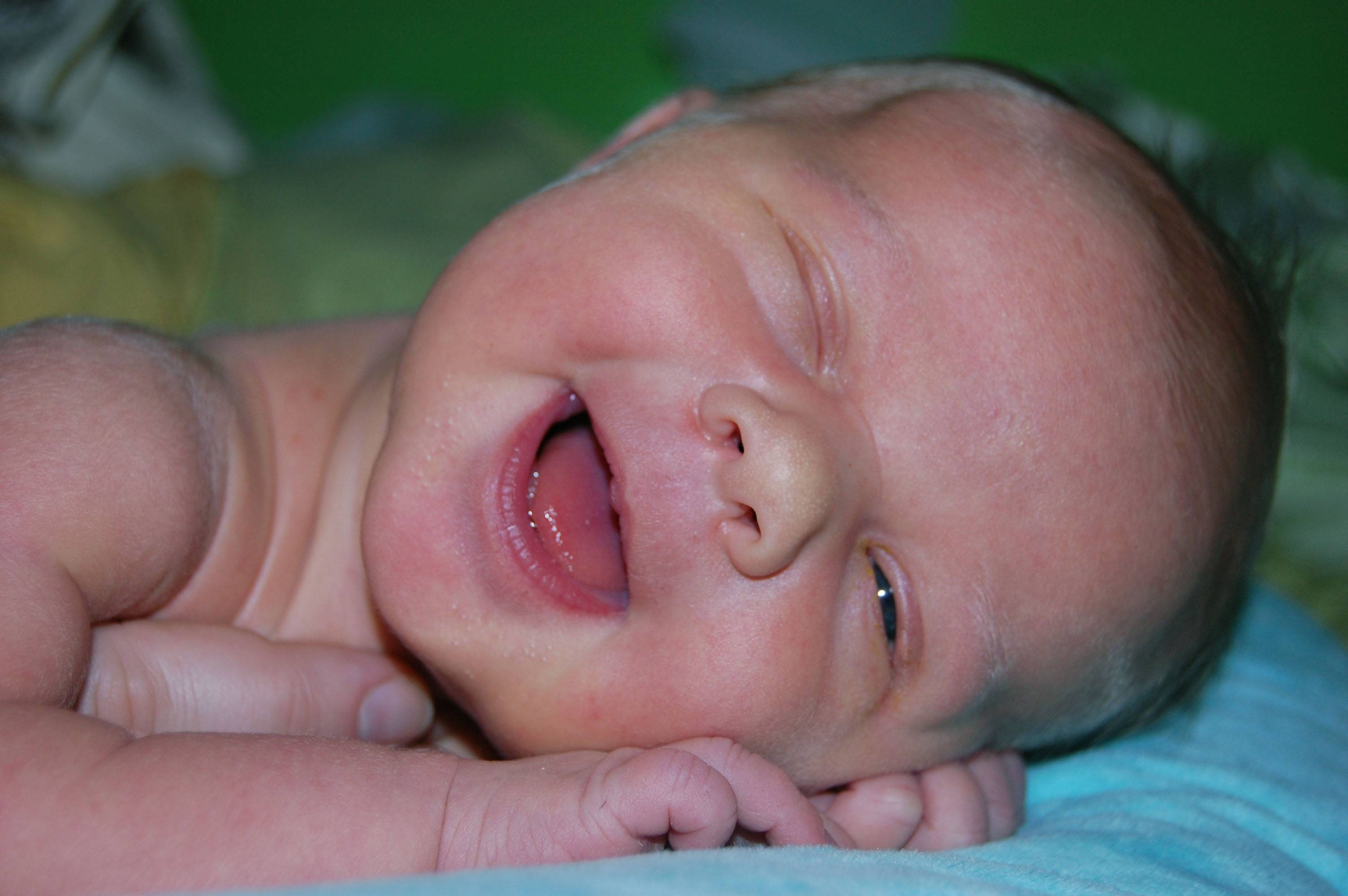 Почему у маленького ребенка «закисают» глаза, что с этим делать и как лечить?