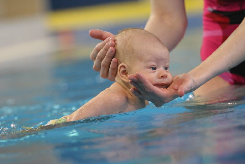 Плавание новорожденного. все о плавании грудничков и новорожденных: видео-уроки и методики обучения навыкам в ванне и бассейне