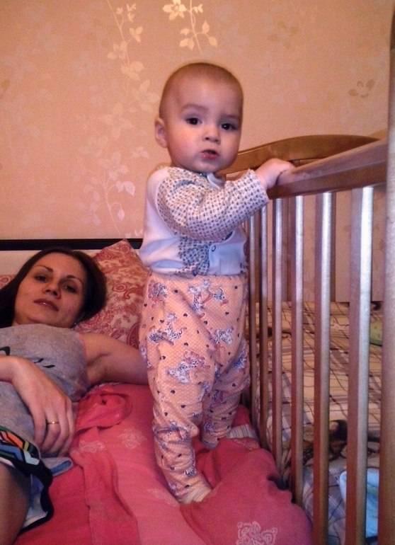 Когда ребенок начинает стоять на ножках: со скольки месяцев можно ставить придерживая