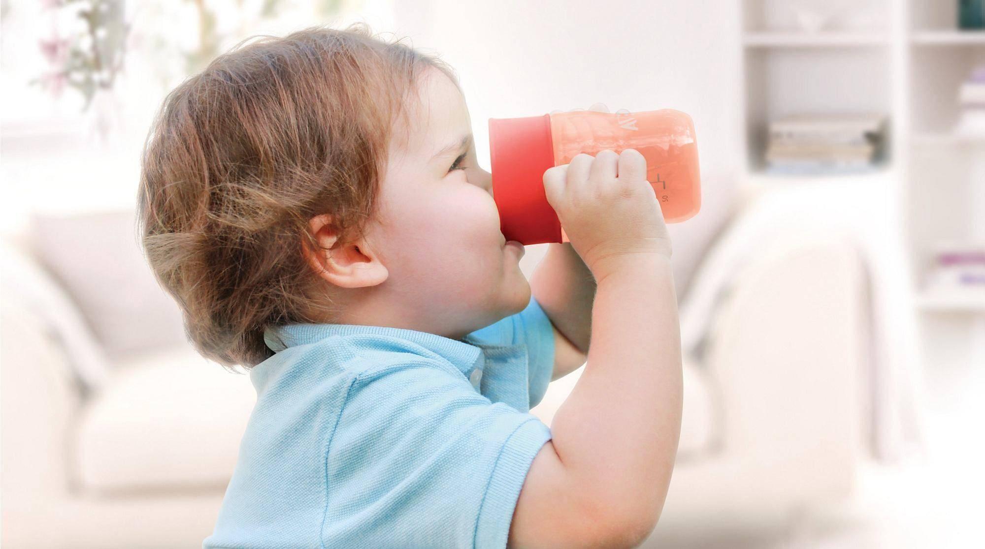 Как научить ребенка пить из кружки самостоятельно - методы и советы