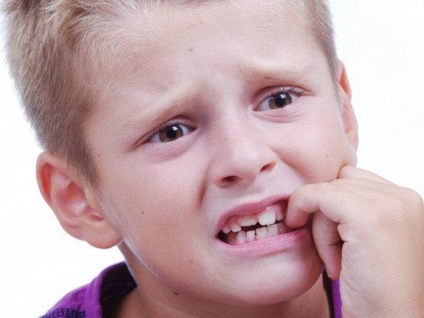 Ребёнок грызёт ногти как отучить и причины: советы психолога, фото