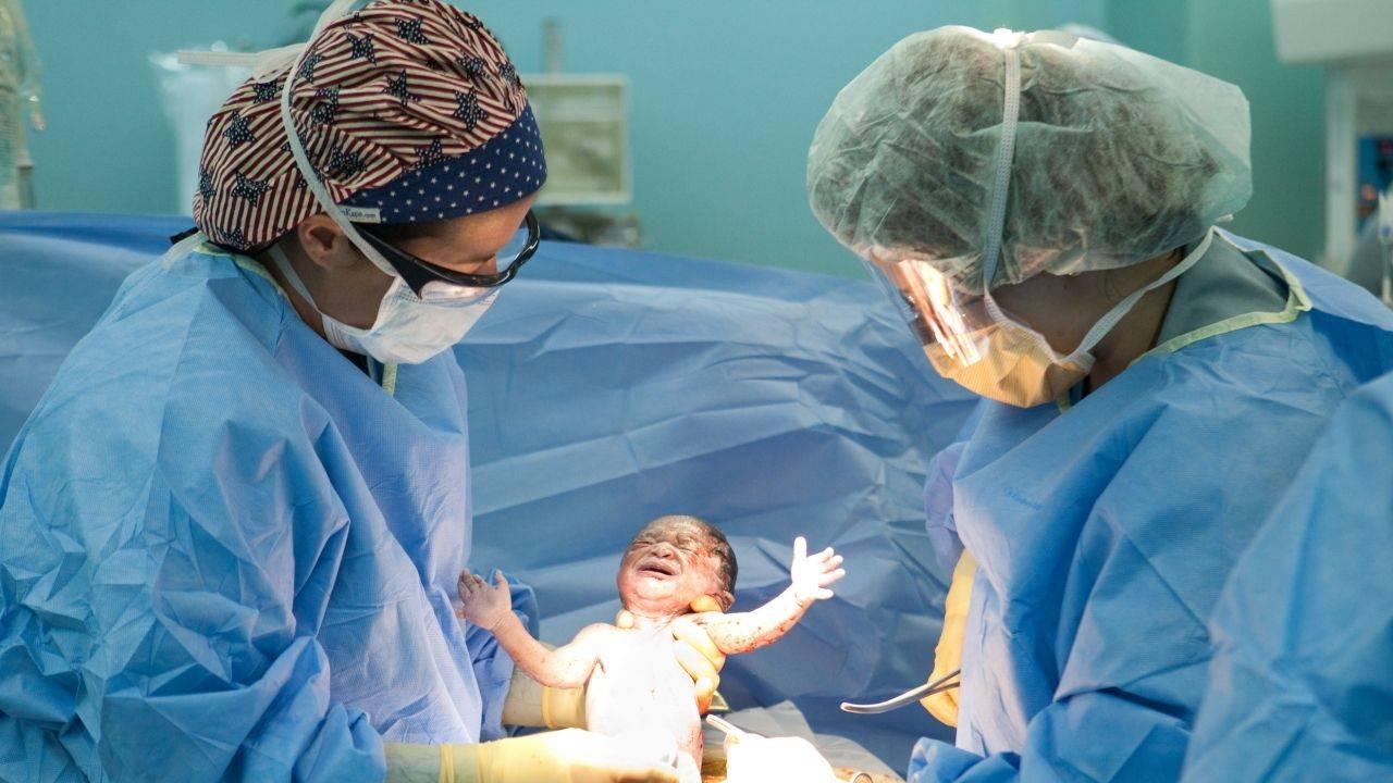 В каких случаях делают кесарево сечение? причины кесарева при родах, кому оно показано, какие показатели играют роль
