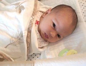 Почему ребенок спит с приоткрытыми глазами или спит с открытым ртом
