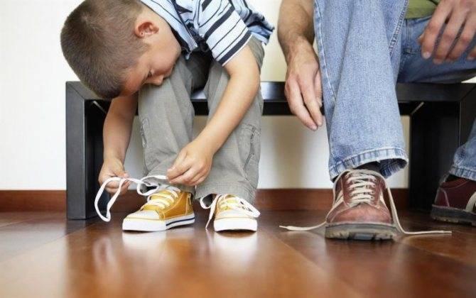 Как быстро научить ребенка завязывать шнурки в 4-5 лет