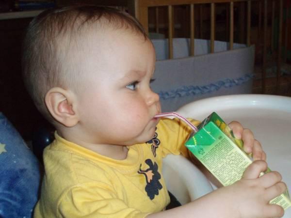 Как научить ребенка пить из поильника | уроки для мам