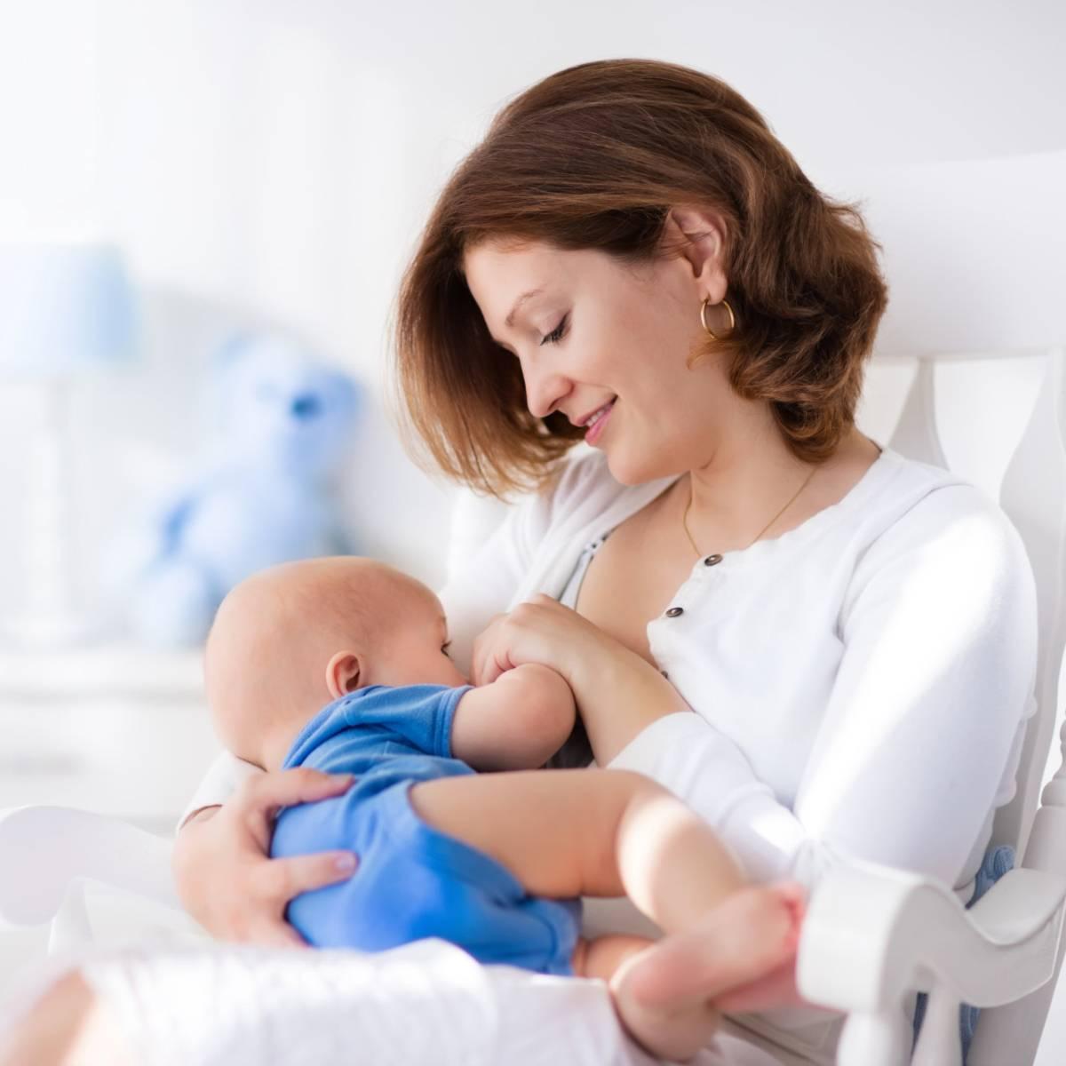 Через сколько времени после родов начинаются месячные: восстановление цикла при грудном вскармливании