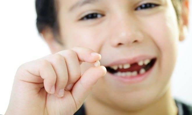 Как вырвать молочный зуб ребенку без боли дома