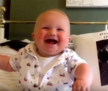 Когда ребенок начинает улыбаться: улыбается ли новорожденный неосознанно, причины улыбки во сне, во сколько месяцев и в каком возрасте может улыбаться грудничок