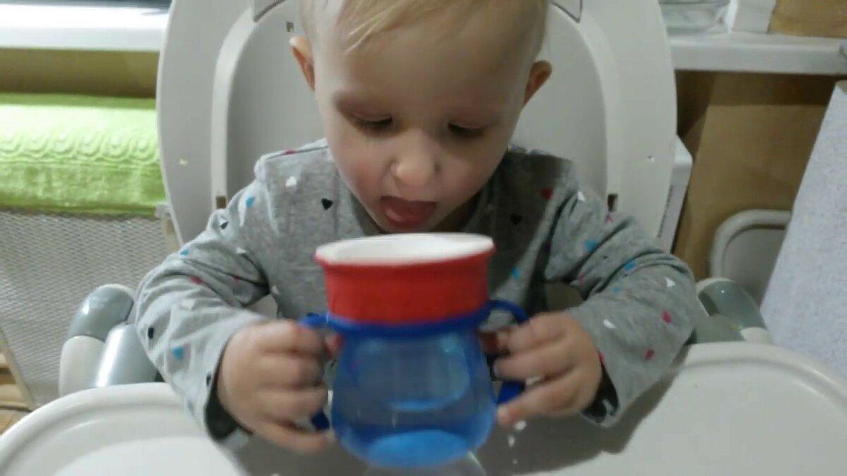 Как научить ребенка пить из трубочки и чем это удобно