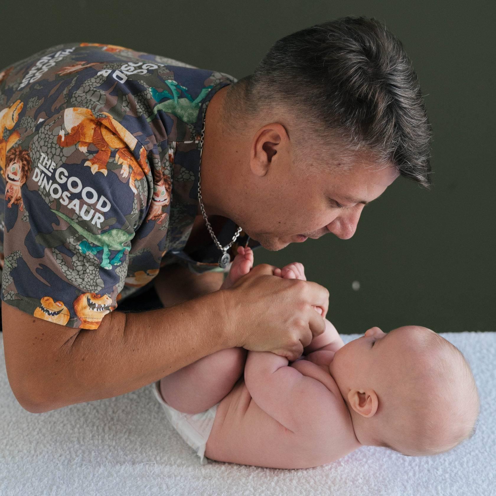 Ребенок выгибает спину и запрокидывает голову во сне