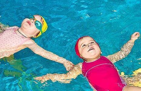 Грудничковое плавание в ванной и в бассейне - видео
