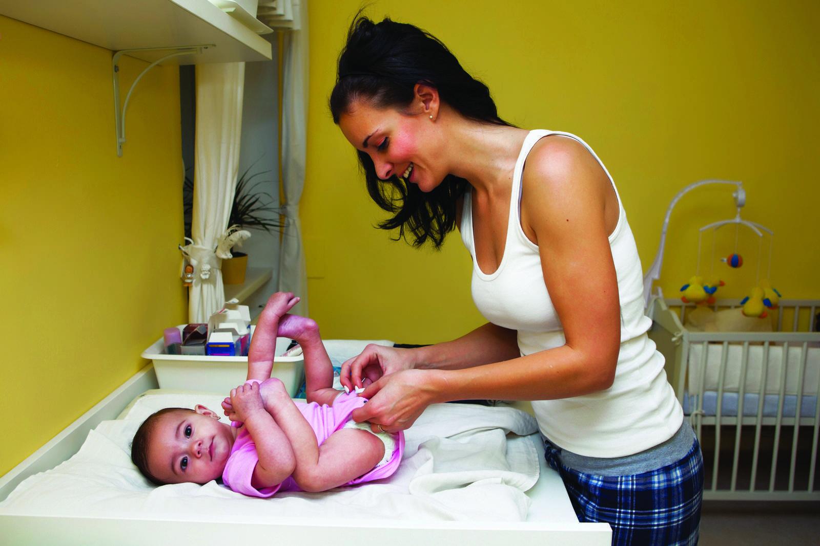 Первые дни после роддома: уход за малышом, первое купание, что делать с новорожденным, как обращаться после выписки