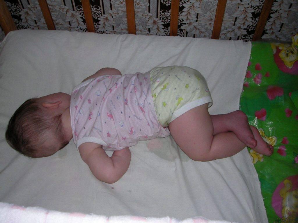 Младенец постоянно тужится и кряхтит