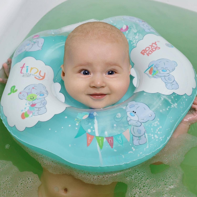 Купание новорожденных с надувным кругом (видео-урок): со скольки месяцев и как купать младенцев с воротником на шее.