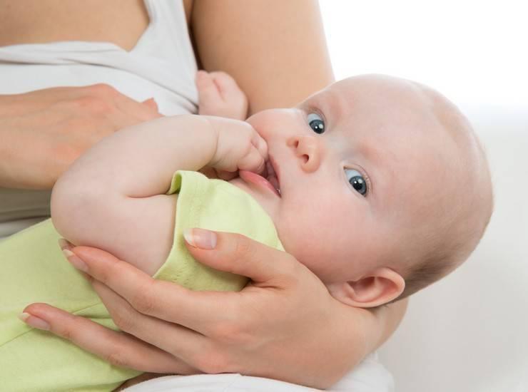 Что делать, если ребенок не наедается грудным молоком?