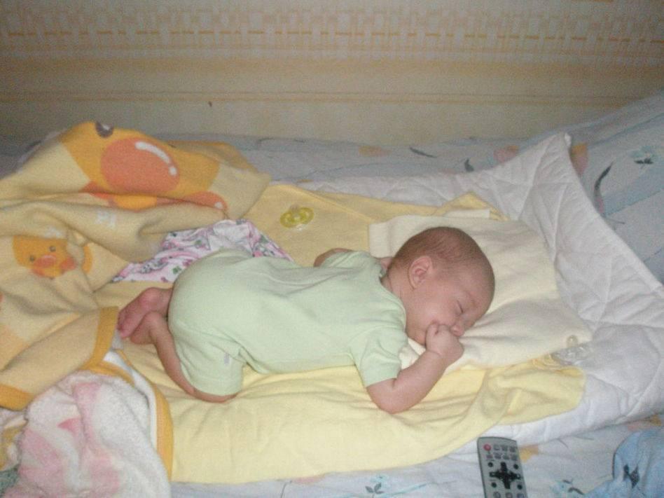 Можно ли новорожденному спать на животе 2019