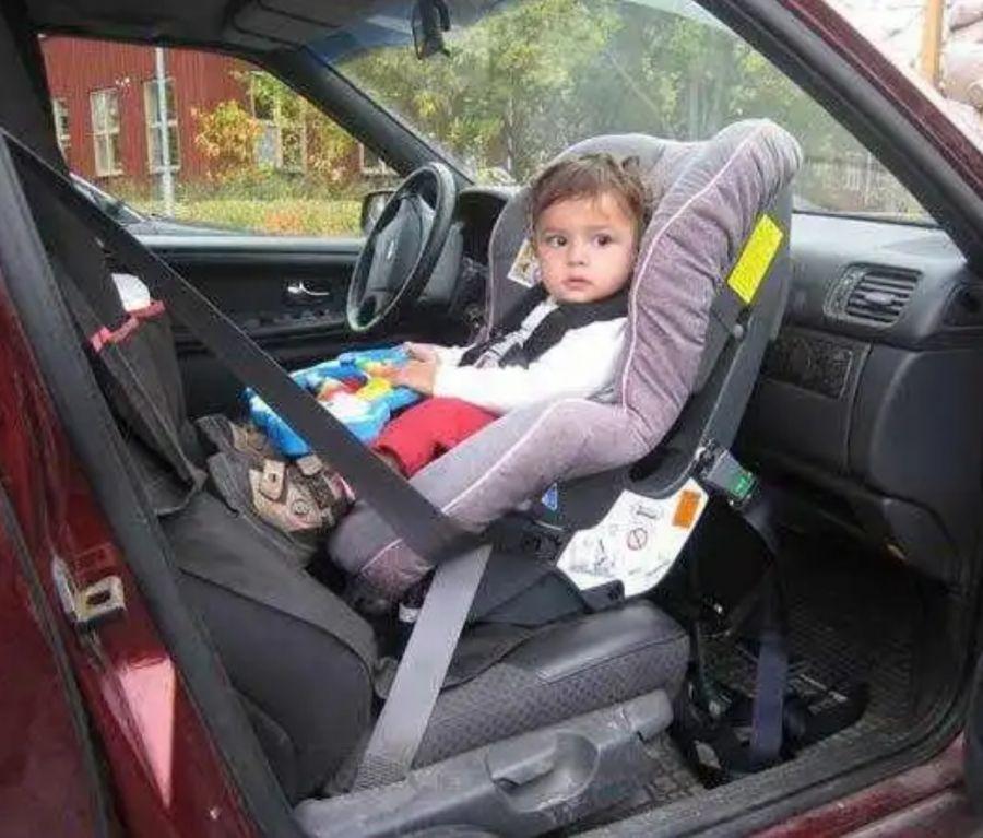 Бескаркасное детское автокресло: с какого возраста, разрешено ли ГИБДД?