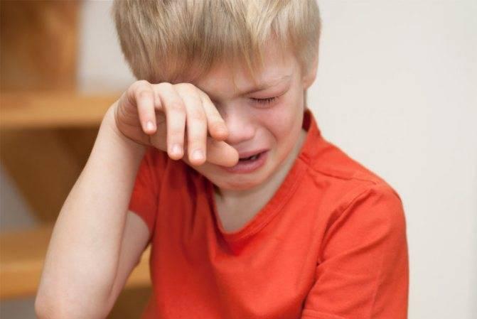 У ребенка болит яичко — причины дискомфорта при прикосновении, симптомы у мальчиков, лечение