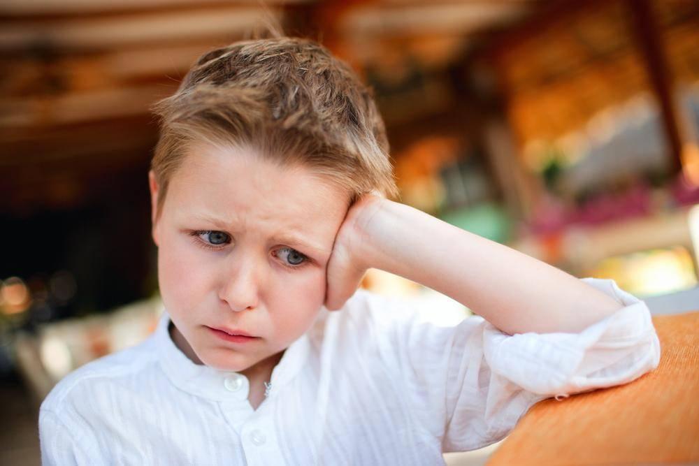 Почему ребенок часто моргает глазами: возможные причины, когда необходимо лечение, методы терапии