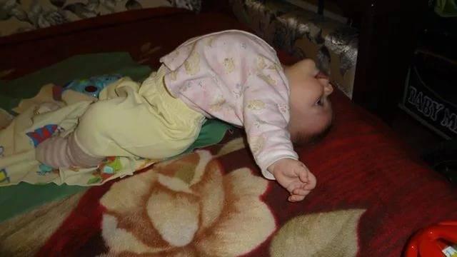 Почему ребенок встает на мостик. почему грудной ребенок выгибает спину дугой и запрокидывает голову назад: причины «акробатического мостика