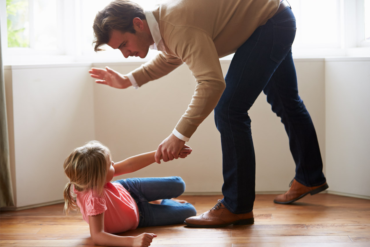 Ребенок бьет себя по голове: причины и что делать?