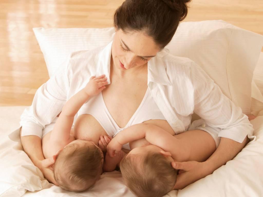 Как кормить двойню одновременно: позы для грудного вскармливания двойняшек