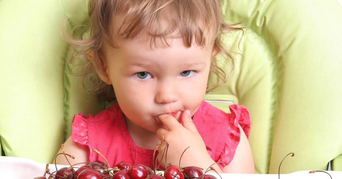 Ребенок проглотил косточку от сливы, финика, чернослива, вишни - что делать?