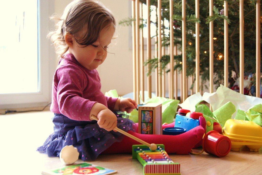 Какие игрушки нужны ребенку в 1 месяц | уроки для мам