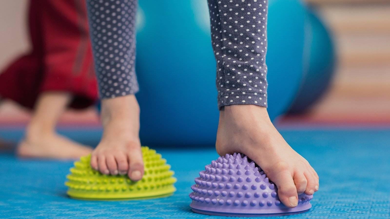 Профилактика и лечение плоскостопия у детей: массаж стоп и комплекс упражнений лфк для выполнения в домашних условиях