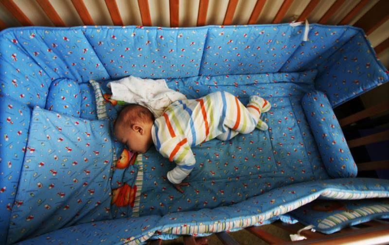 Как легко приучить ребенка спать в своей кроватке