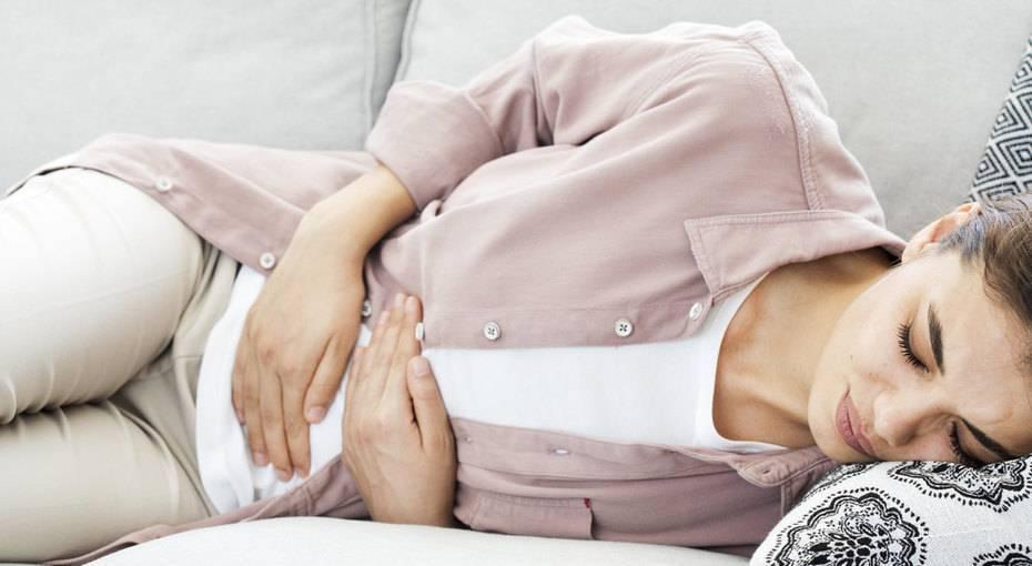 У ребенка болит живот и температура: что это может быть?