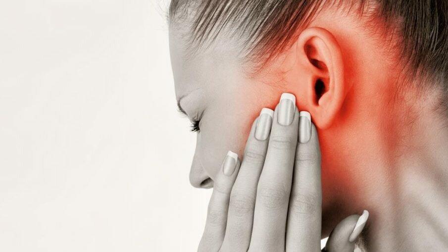 Отчего появляется заложенность и боль в ухе, что делать?