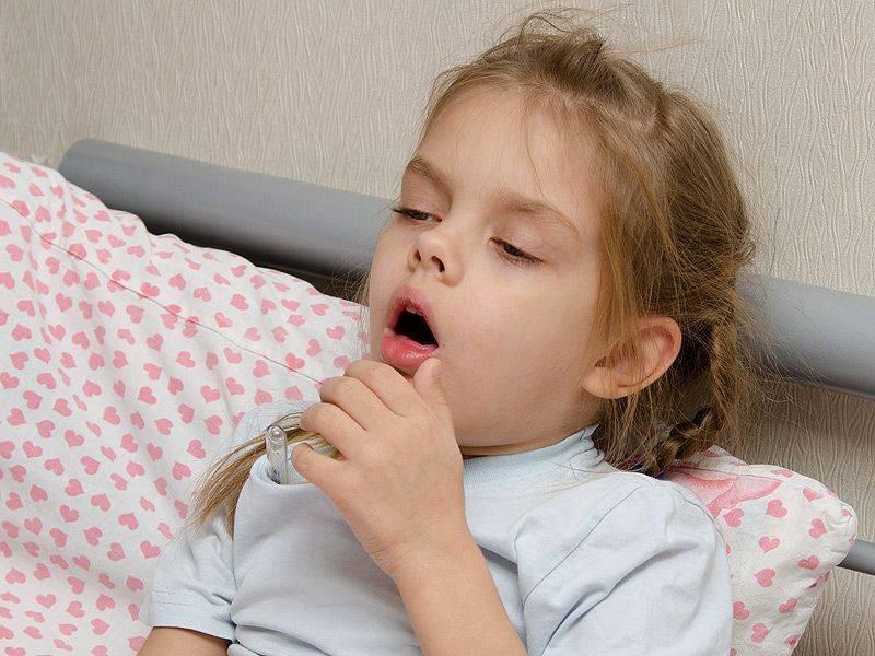 Почему возникает потливость и сухой кашель у ребенка ночью?