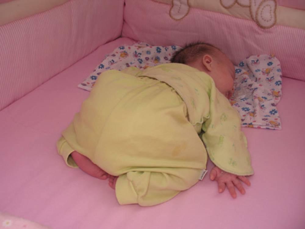 Можно ли грудничку спать на животе? советы доктора молодым мамам