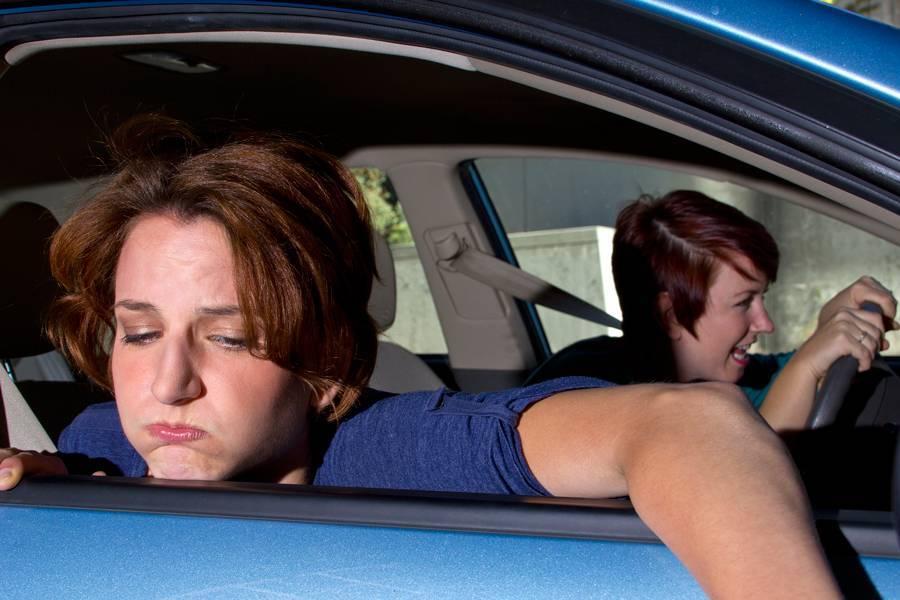 Укачивает в машине: почему и что делать