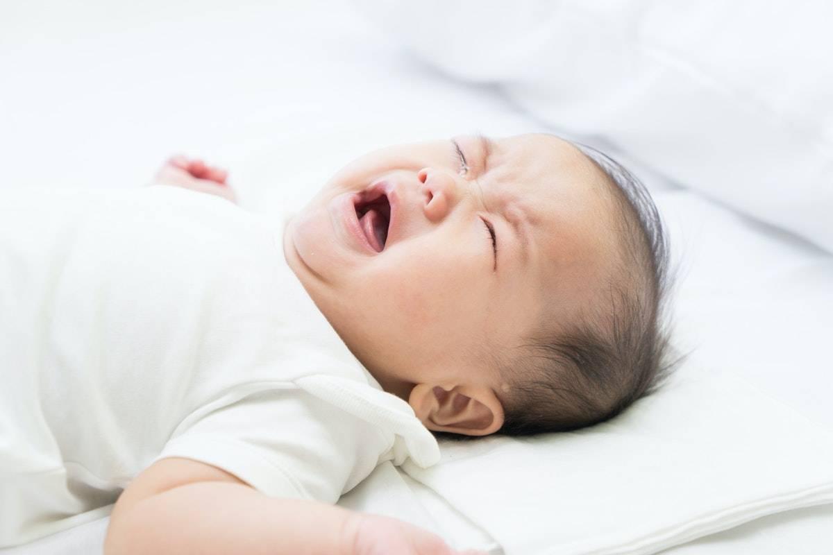 Почему новорожденный ребенок кряхтит и тужится во сне: что делать?
