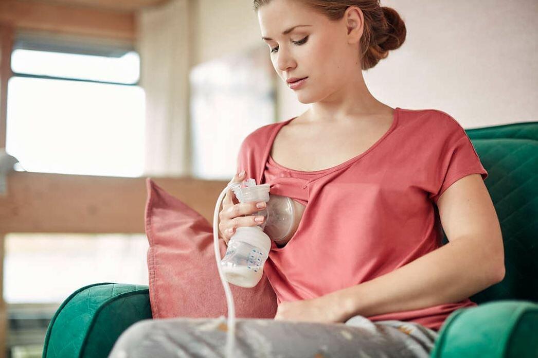 Какой молокоотсос лучше: ручной или электрический, как правильно сцеживать?