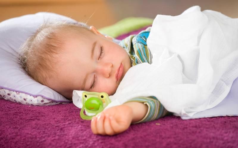 Как отучить ребенка от рук: советы комаровского молодым родителям